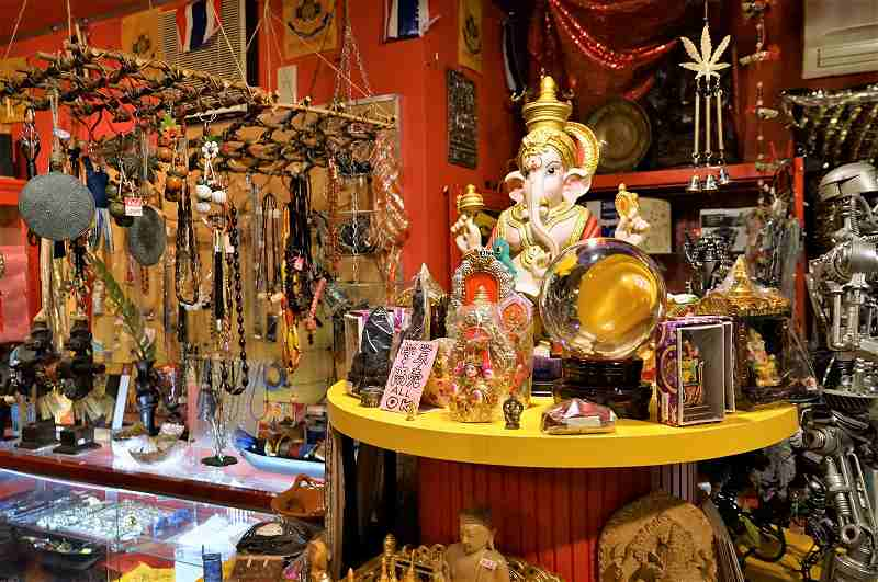 ガネーシャの置物や東南アジアのアクセサリーなどがたくさんディスプレイされている