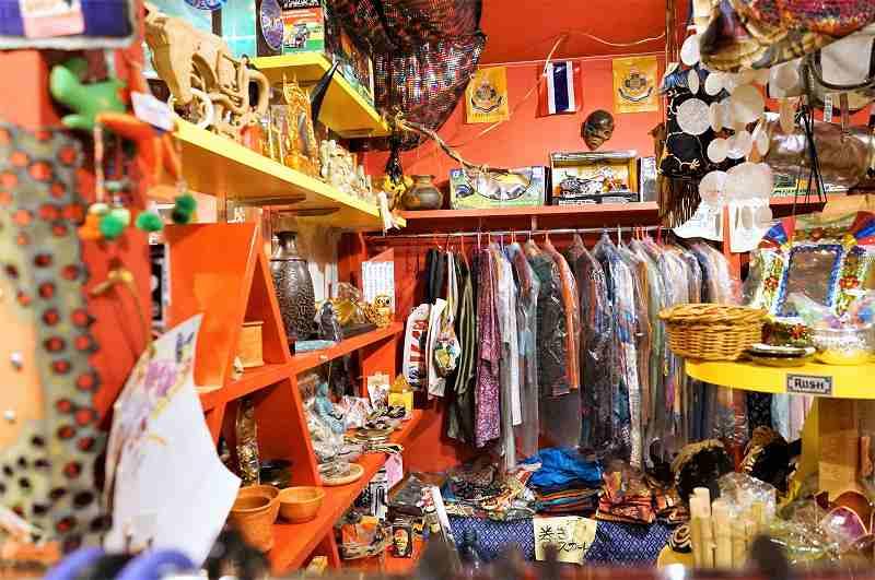 東南アジアなどの国の服や雑貨がたくさんディスプレイされている