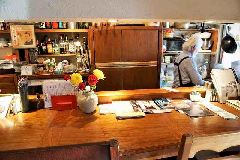 調理風景や店主とのおしゃべりを楽しみたい方はカウンター席へ