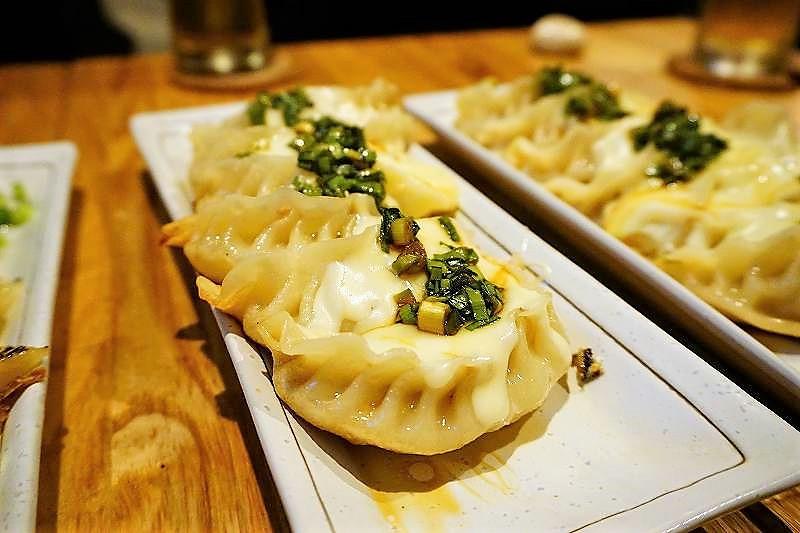 チーズの風味とタレの塩味がベストな組み合わせの餃子