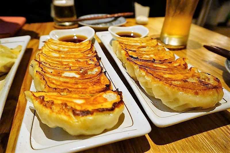 左:梅しそ焼餃子、右:燻製焼餃子 ぺーデー