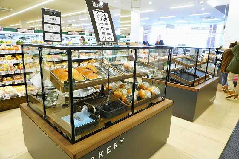 奥のガラスケース内では美瑛産小麦使用の塩パン、きなこもっちーなどが売られている