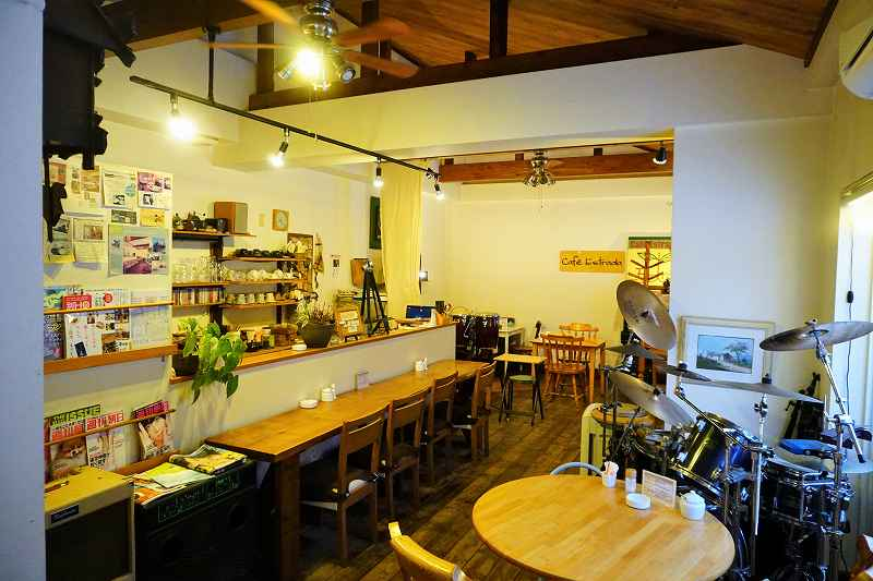 店舗奥がライブスペース。ピアノやベース、ドラムなどの楽器が並ぶ。