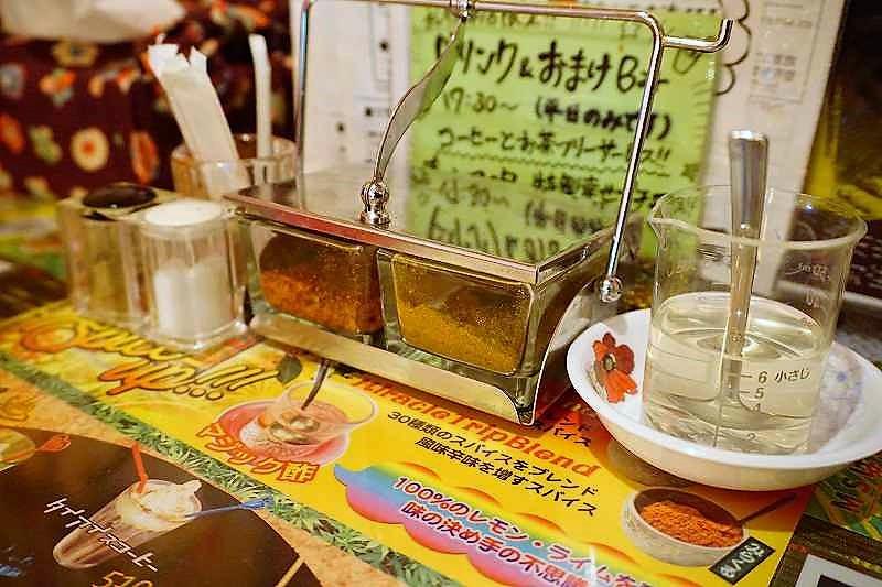 スープカレーの辛さを調整する薬味が、テーブルに置かれている
