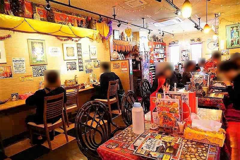 赤や黄色を基調としたマジックスパイス 札幌本店の1階フロアの様子