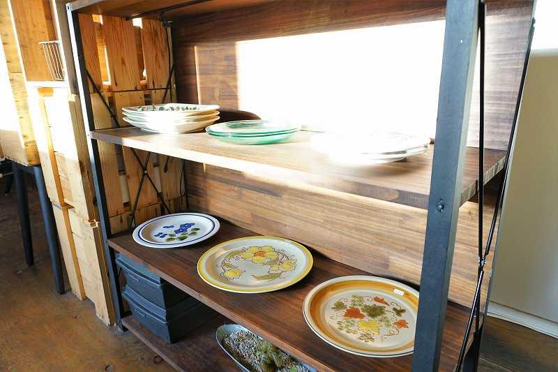 レトロな食器がリーズナブル(ほぼ1,000円以下)で販売されている