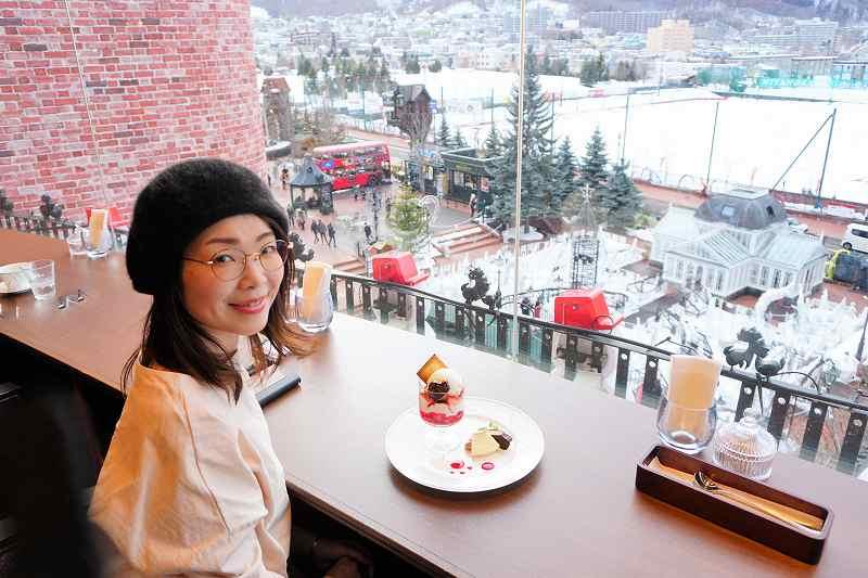 窓際のカウンター席から北海道の山並みを観ながらのティータイム