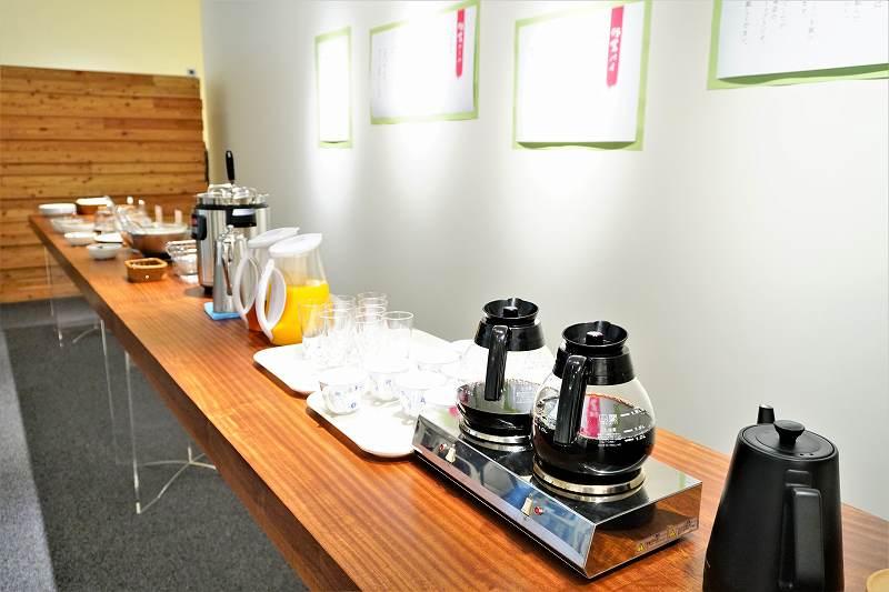 ホットコーヒー、手前に紅茶のティーバックもあり