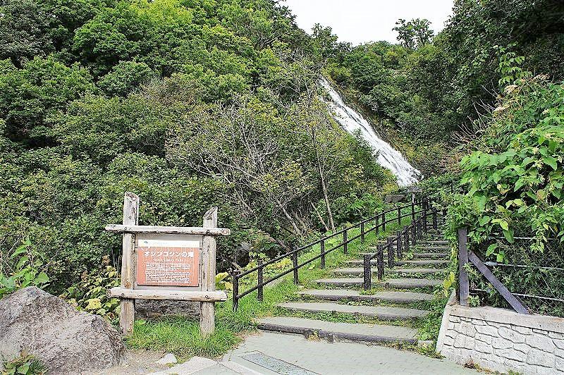 オシンコシンの滝に続く階段の入口