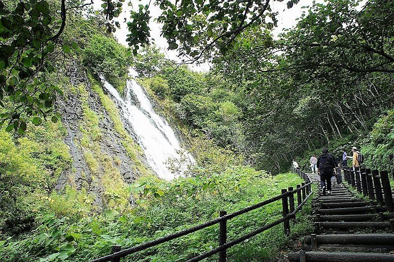 眼前にオシンコシンの滝を見ることのできる散策路
