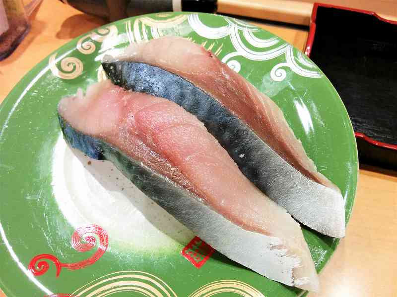 「〆さば」のお寿司がテーブルに置かれている