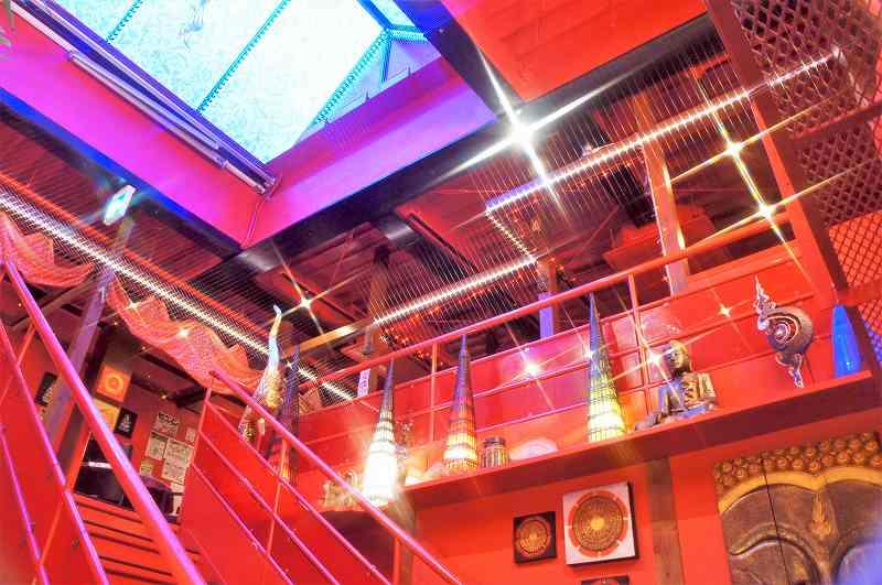 赤を基調とした、マジックスパイス 名古屋店の内観