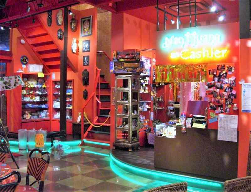 赤を基調とした、マジックスパイス なにわ店の内観