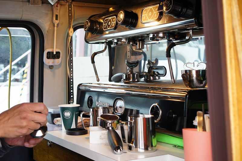 カフェカー内にはイタリアの本格エスプレッソマシン