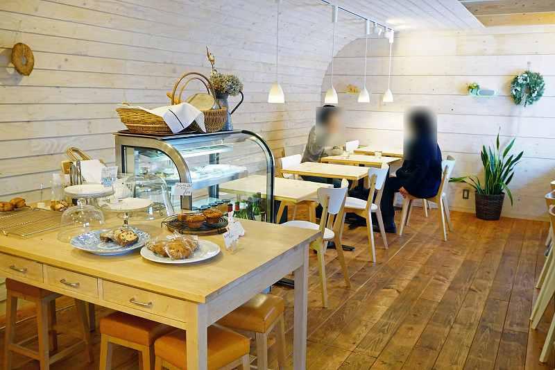 CAFE&BAKE Prunier(プルニエ)の店内は明るい色を基調とした清潔感が女性に人気
