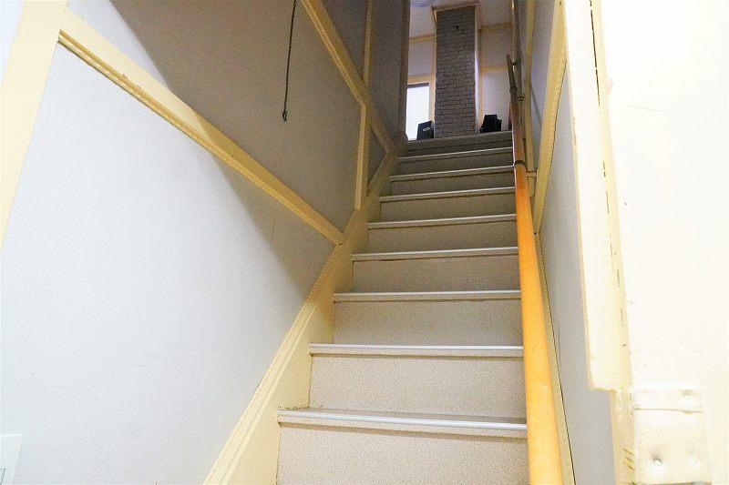 こちらの階段で2階へ