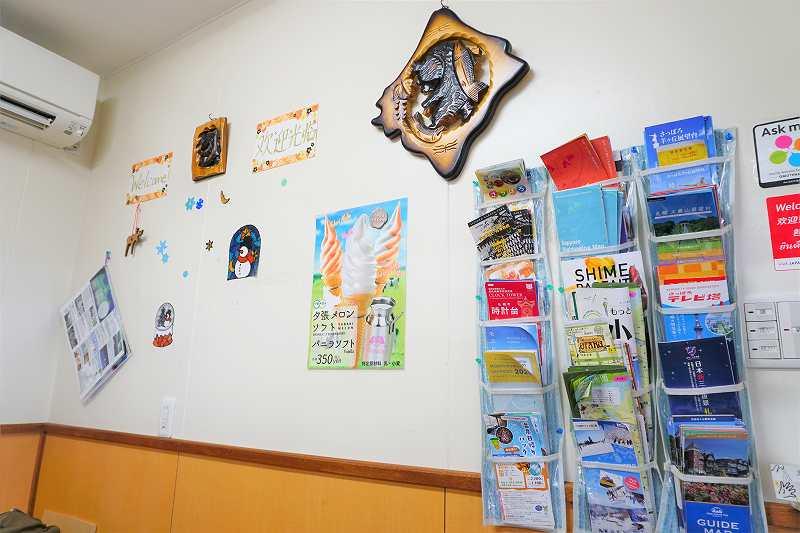 小熊商店の壁には北海道各地の観光パンフレットあり