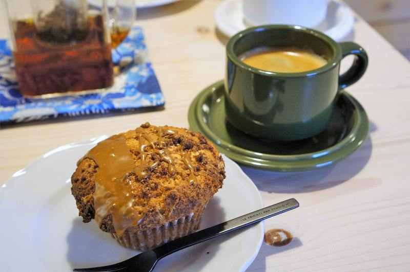 CAFE&BAKE Prunier(プルニエ)のコーヒークリームチーズマフィンとホットコーヒー