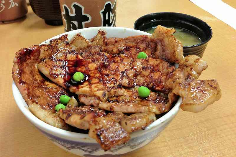 """グリーンピースの乗った""""ぱんちょう""""の豚丼"""