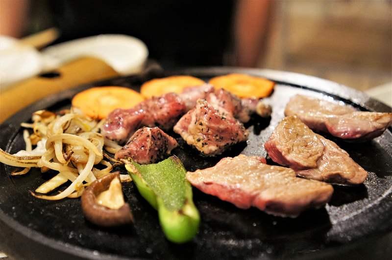 アイスランド産ラム肉と富士山の溶岩プレート