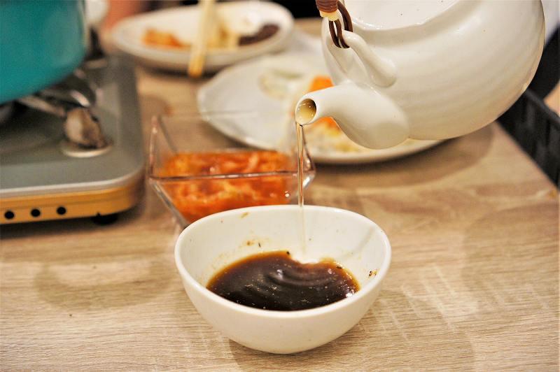 ジンギスカンでつかったタレに番茶を注ぎます