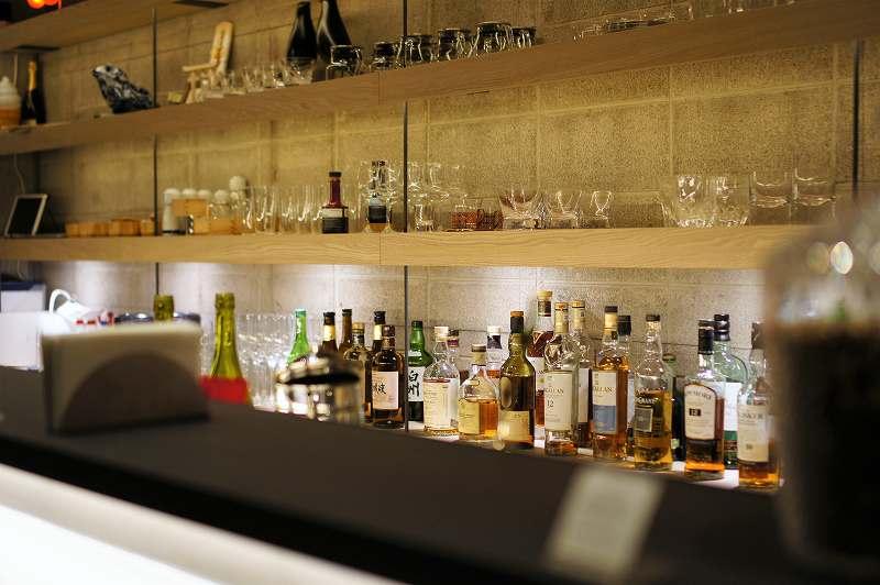 お酒のボトルやグラスが数多く並ぶ