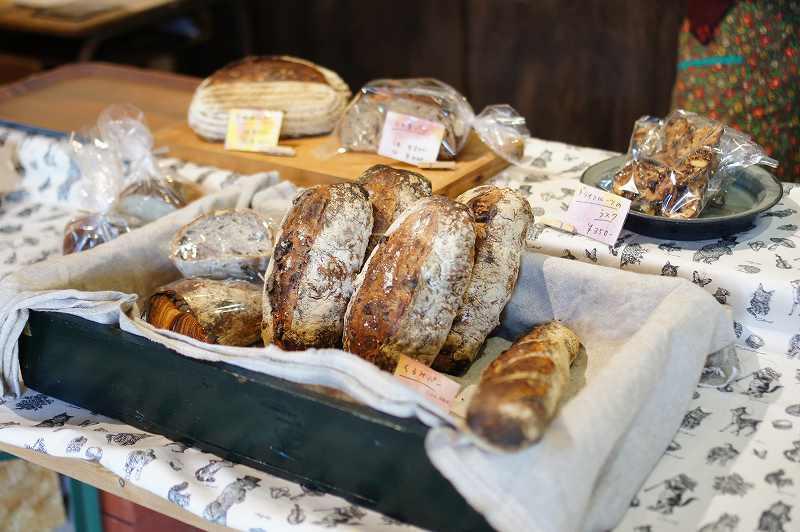 テーブルに置かれたパンの数々