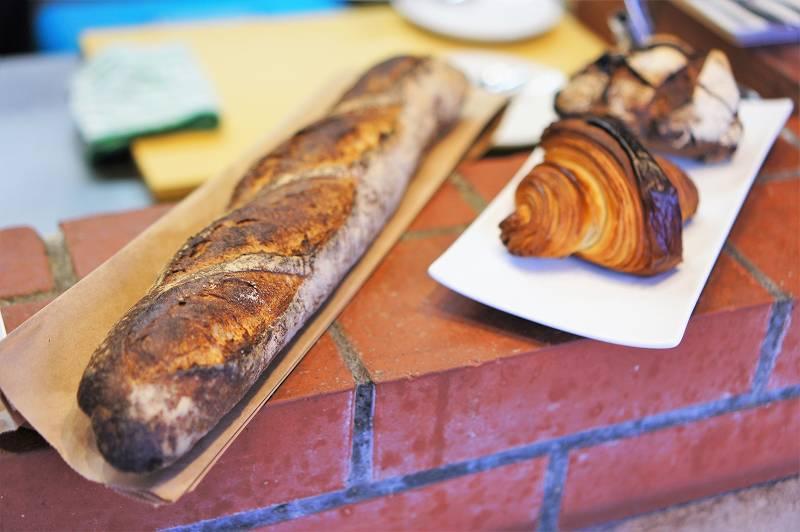 レンガの上に3種類のパンが並んでいる