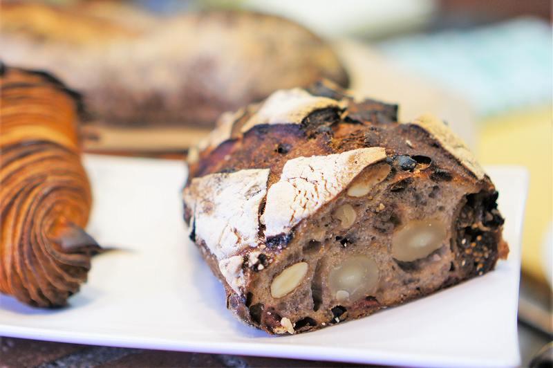 皿にのせられたパンがレンガに置かれている