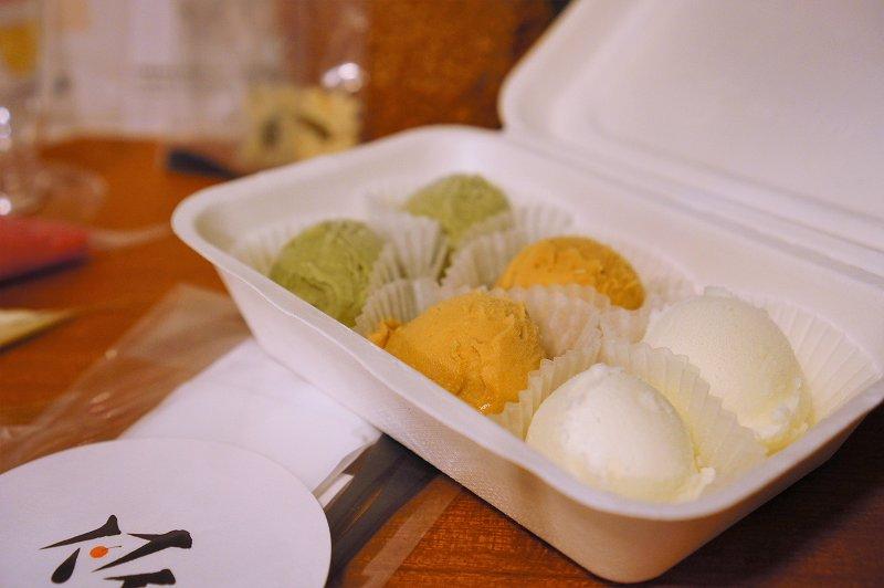 パフェ、珈琲、酒、佐藤のおうちでシメパフェセットのミルクアイス、キャラメルアイス、ピスタチオアイス