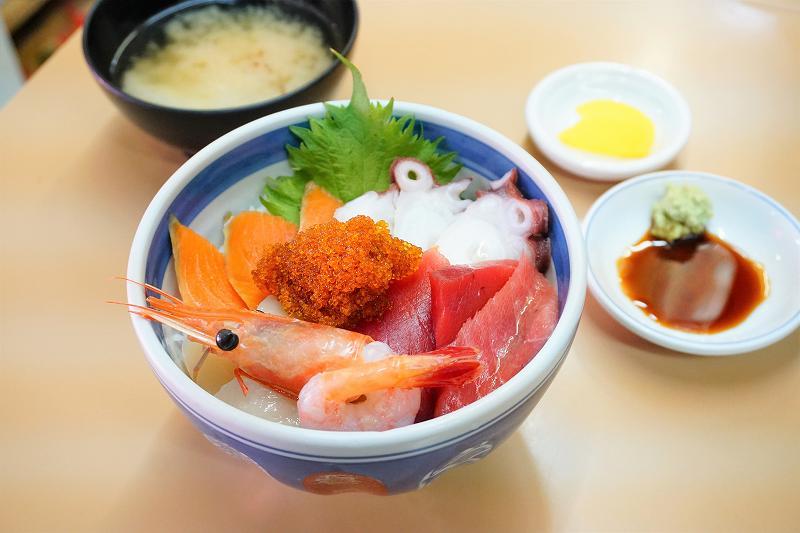 食事処 ながもりの海鮮丼(2,000円)は味噌汁とお新香付き