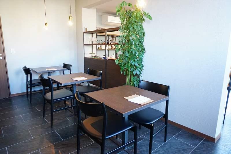 ZENIBAKO coffee(銭函珈琲)の1階テーブル席