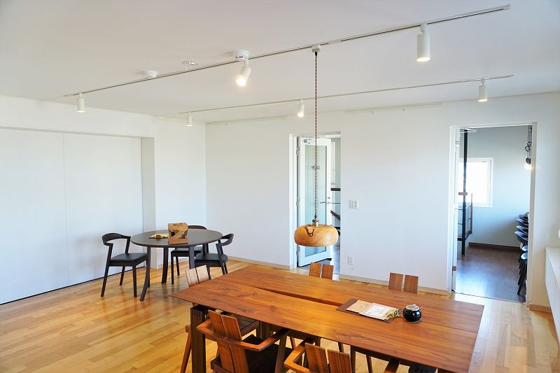 ZENIBAKO coffee(銭函珈琲)の2階テーブル席