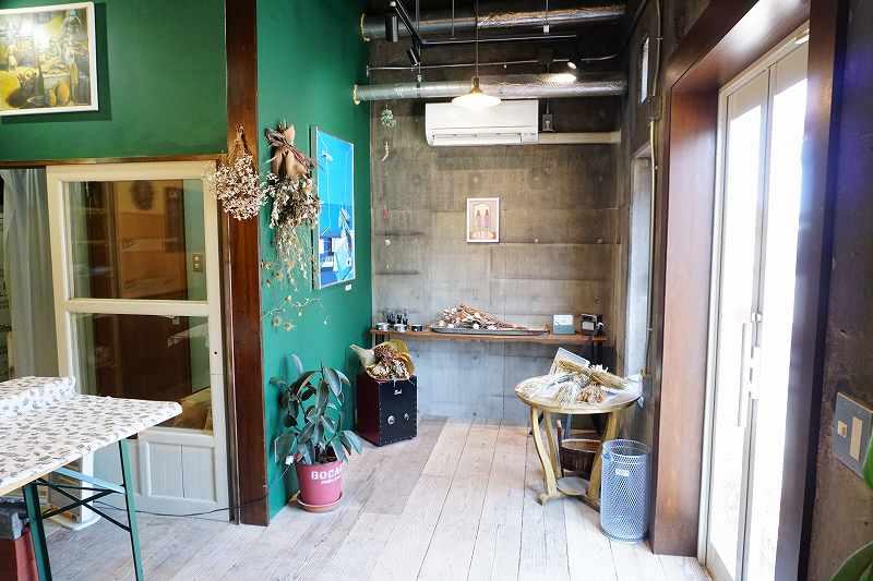コンクリートやグリーンの壁のレトロな店内