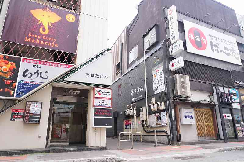 ROJIURA Café(ロジウラカフェ)は右手にあるこの路地に入る