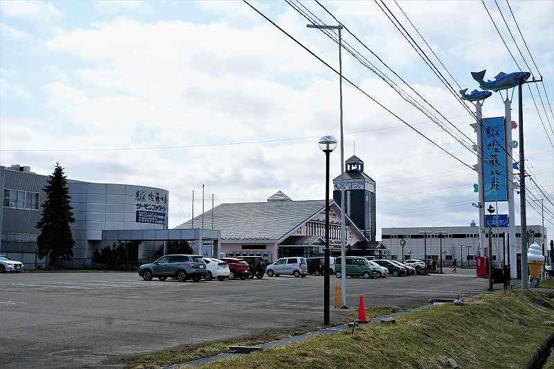 朝市の近くにあるサーモンファクトリーと駐車場