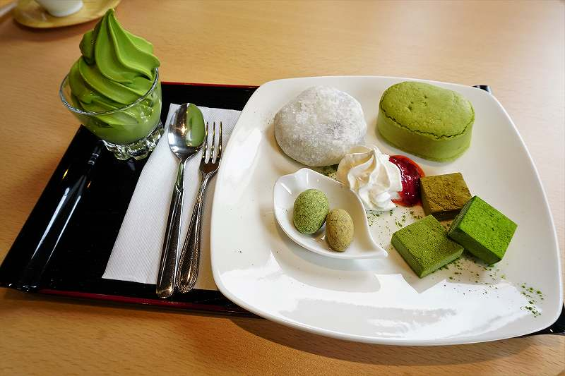 宇治園札幌直営店の濃厚抹茶ソフトプレート