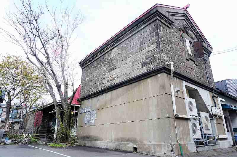レストランのや の外観、札幌軟石作りの石倉がいい雰囲気