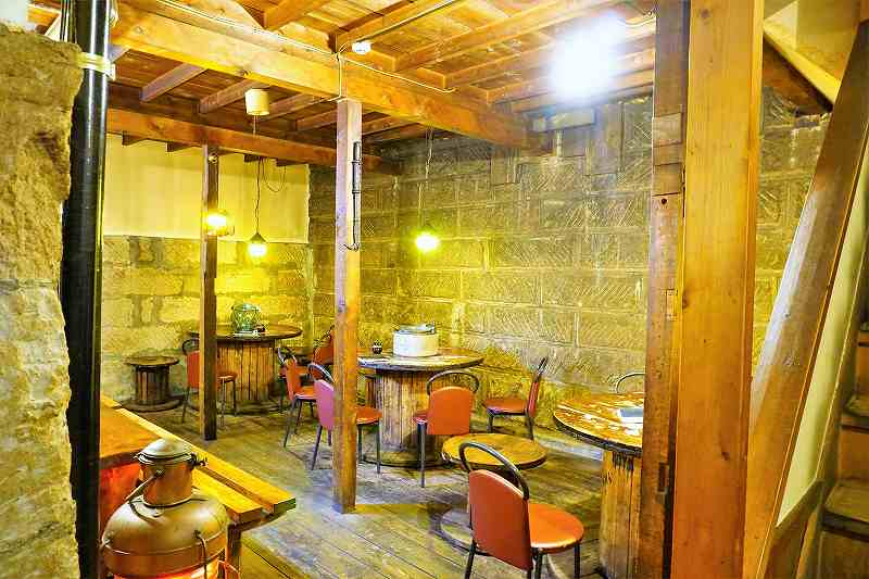 レストランのやの店内、札幌軟石で作られたスペース