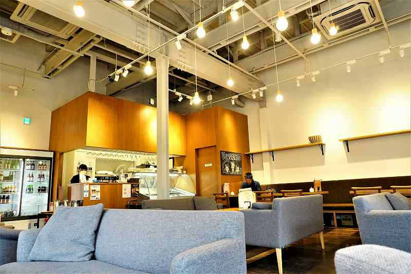 天井が高い開放的な空間に、たくさんのソファとテーブルが並ぶ