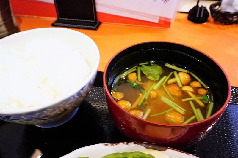フライ定食のご飯とお味噌汁
