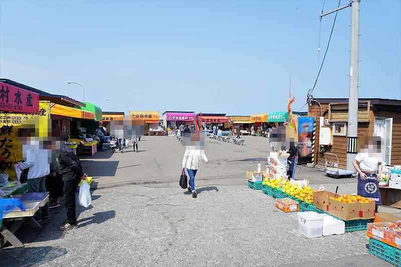 ロの字に店が並ぶ厚田港朝市の全景