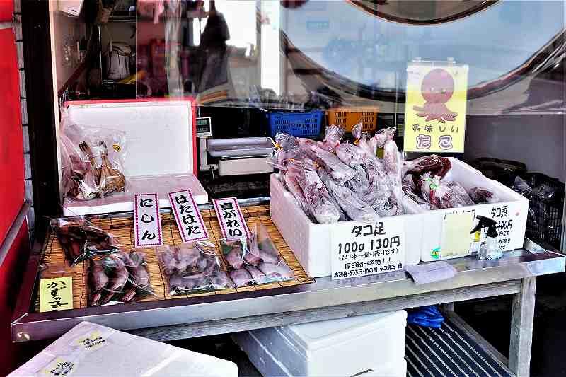 厚田港朝市で販売されているニシン・ハタハタなどの干物や、冷凍のタコ