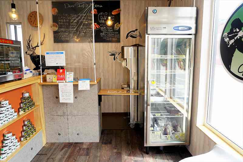 ディアショップの店内の冷凍庫では鹿肉を販売