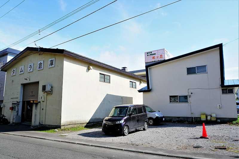 タムラ倉庫の建物横にある計6台分の駐車場