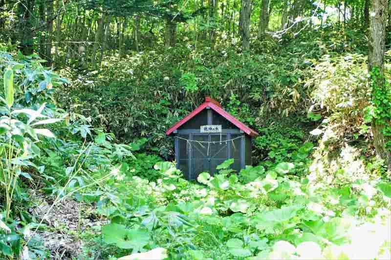 豊滝龍神の水の水源がある小屋