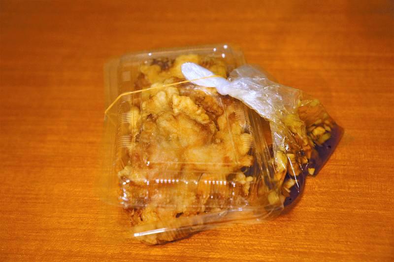 プラスチックケースに入ったザンギがテーブルに置かれている