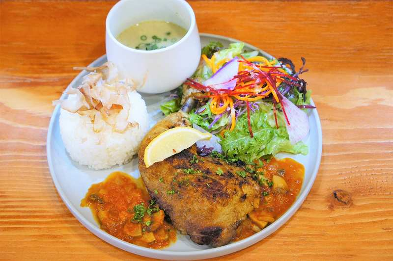チキン、野菜、ごはんなどがのったプレートがテーブルに置かれている