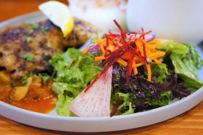 瑞々しい生野菜がのせられたプレートがテーブルに置かれている