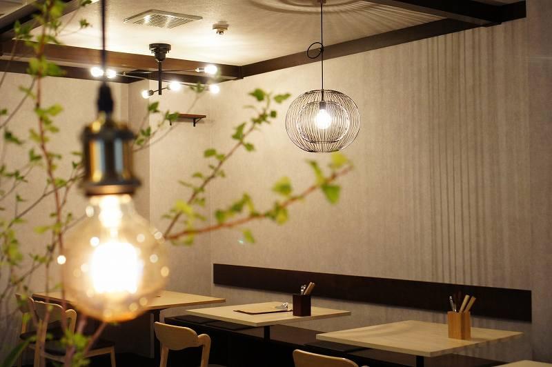 ワイン食堂Yamaの店内にあるモダンな照明